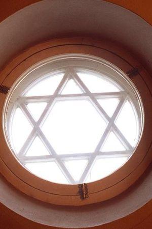 Kyrkfönster i synagoga, 1991