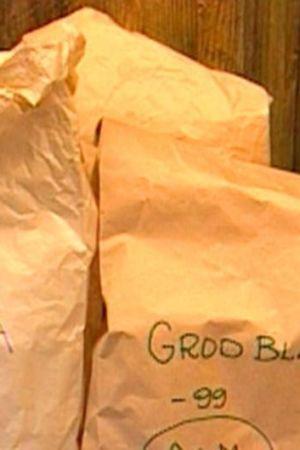 Två papperspåsar fyllda med nässlor och grodblad