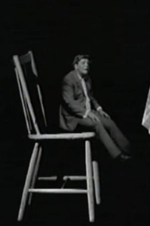 förminskad man sitter på en för stor stol