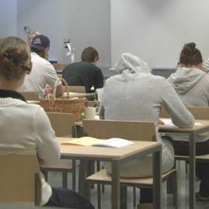 Abiturienter sitter vid sina bord under studentskrivningarna.