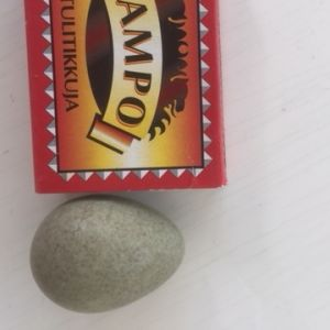 Vem har värpt detta ägg undrar Molly 4 år.  Ägget hittade hon på marken nära en gran vid Vitträsk.