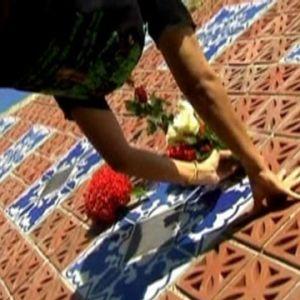 Anhörig hedrar minnet av tsunamioffer