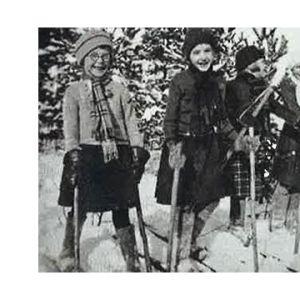 Nuoret tytöt tähyävät taivaalle talvisodan kynnyksellä.