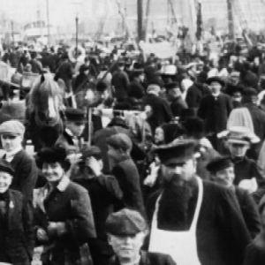 Helsinkiläisiä Kauppatorilla (1906).