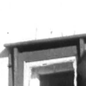 Uusnatsi Pekka Siitoin parvekkeella nyrkki pystyssä