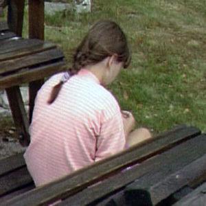Tyttö istuu selin pihakeinussa ohjelmassa A-raportti (1992)