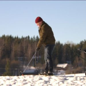 Golffaaja talvisella golfkentällä.