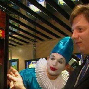 Pääministeri Esko Aho pelaa uudistettua pajatsoa.