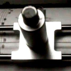 Turun yliopiston IBM 1130 -tietokoneen piirturi tulostaa nuotteja.