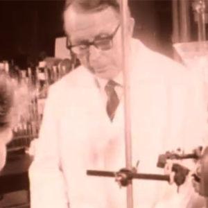 Professori A. I. Virtanen laboratoriossa apulaisensa kanssa.