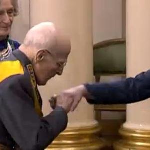 Adolf Ehrnrooth suutelee Tasavallan presidenttiä kädelle