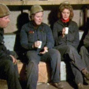 Raili Kinnunen (kesk.) tauolla Turun telakalla 1982.