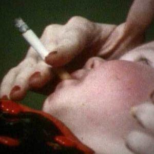 Vauva polttaa tupakkaa tietoiskussa (1976).
