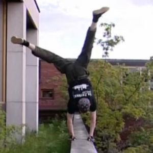 Parkour-harrastaja seisoo käsillään Ajankohtaisessa kakkosessa (2004)