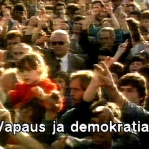 Mielenosoitus Albaniassa 1990-luvulla. Kuvassa teksti Vapaus ja demokratia.