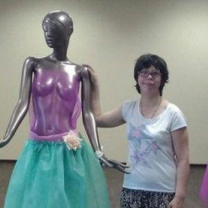 Tre unga kvinnor står bredvid skyltdockor
