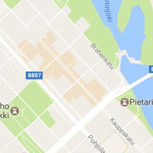 Kuvakaappaus Google Mapsin kartasta: Kajaanin keskustassa osa alueista on beigen värisiä.