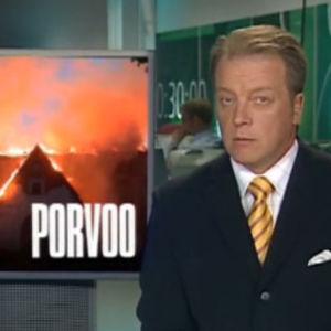 Matti Rönkä kertoo tv-uutisissa Porvoon tuomikirkon tuhopoltosta.