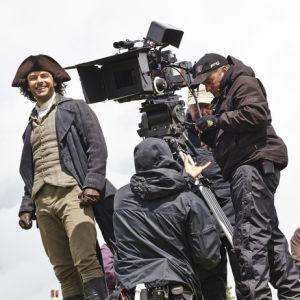 Poldarkin kuvausryhmä työssään, kameramiehet kuvaavat läheltä rooliasuista miespääosan esittäjää