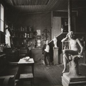 Kuvanveistäjä Ville Vallgren Pariisin ateljeessaan. Edessä 1887 valmistunut veistos Kaiku.