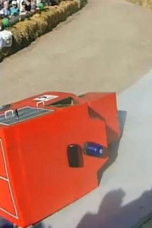 En röd lådbil som har fallit omkull