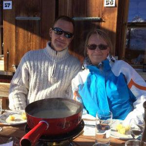 Pauli ja Maria Immonen alppimajan edustalla fonduepadan äärellä