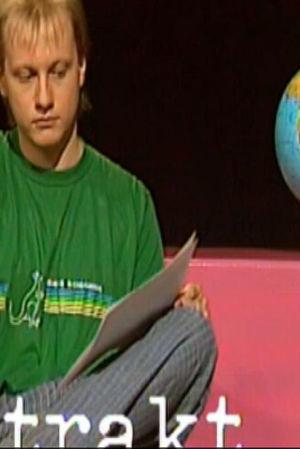 En ung programledare sitter på en soffa