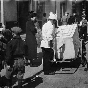 Jäätelön myyntiä kadulla, Fleminginkatu 18-20:n (Helsinginkatu 21) kohdalla 1940–1949 .