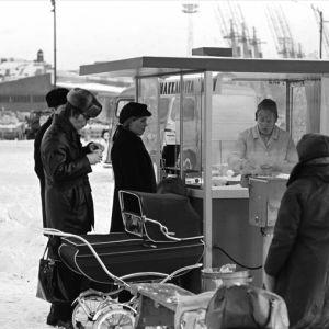 Ihmisiä makkarakojun ympärillä lumisella Kauppatorilla 1970.