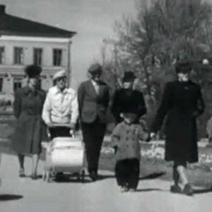 Ihmisiä puistossa Porissa vuonna 1945.
