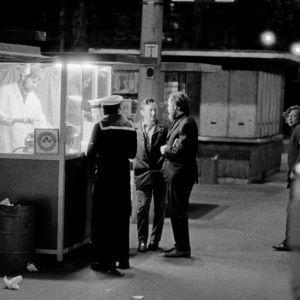 Ihmisiä nakkikioskilla öisellä Rautatientorilla 1971.