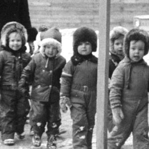 Päiväkotilapset ylittävät kadun (1974).