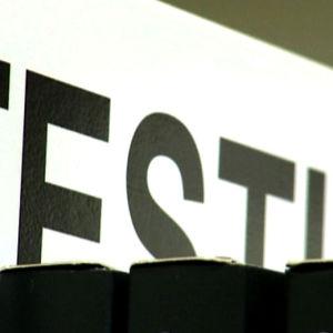 Testit-teksti hyllyssä