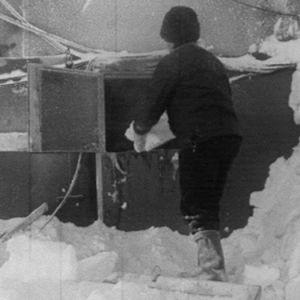 Rakennustyöntekijä sulattaa lumesta vettä.