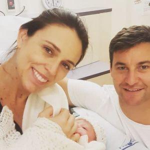 Skärmdump på Nya Zeelands premiärminister Jacinda Ardern och hennes nyfödda barn.