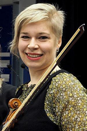 Toimittaja Riikka Holopainen ja viulisti Siljamari Heikinheimo.
