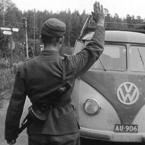 Sotilas pysäyttää auton