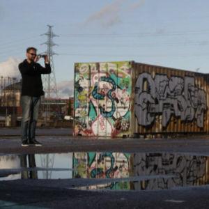 Mies valokuvaa graffiteja Kalasatamassa
