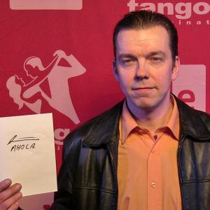 Kari Ahola osallistuu Seinäjoen Tangomarkkinoiden laulukilpailuun.
