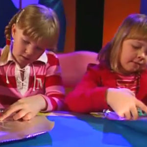 Två flickor som pysslar