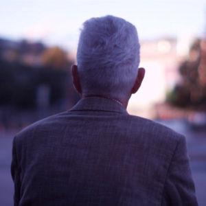 Mies katsoo kadulle Helsingissä