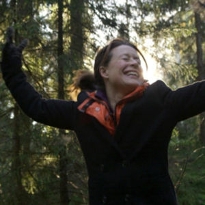 Nainen tanssii metsässä