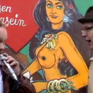 två män vid en skylt med en naken kvinna