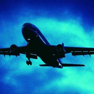 lentokone, suihkukone dramaattista taivasta vasten