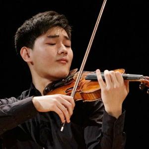 Kiinalainen Zeyu Victor Li Sibelius-viulukilpailussa 2015.