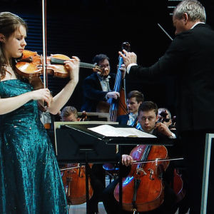 Saksalaisviulisti Friederike Starkloff Sibelius-viulukilpailun finaalissa 2015.