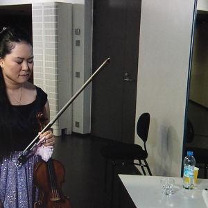 Minami Yoshida keskittyy juuri ennen lavalle menoa Sibelius-viulukilpailun 2015 ensimmäisessä finaali-illassa 1.12.2015.