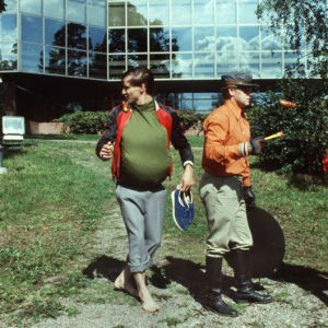 Kaasiset ja Kaakot paistavat makkaraa hotellin nurmella ja vahtimestari saapuu paikalle (1986).