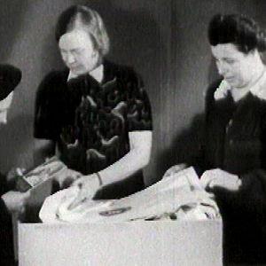 Äiti vastaanottaa äitiyspakkauksen (1948).