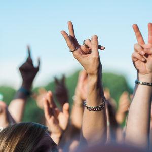 Yleisön käsiä ylhällä.